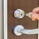 新しい入居者が決まった際の鍵交換はオーナーの義務?